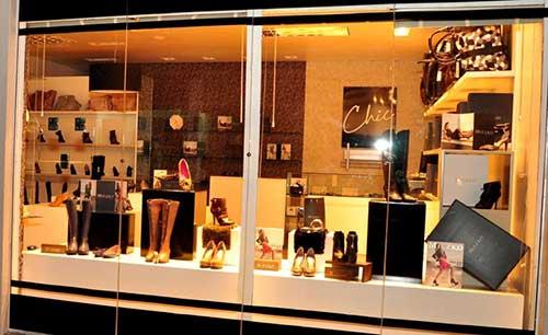 vitrine amarela para loja de calçados de mulher