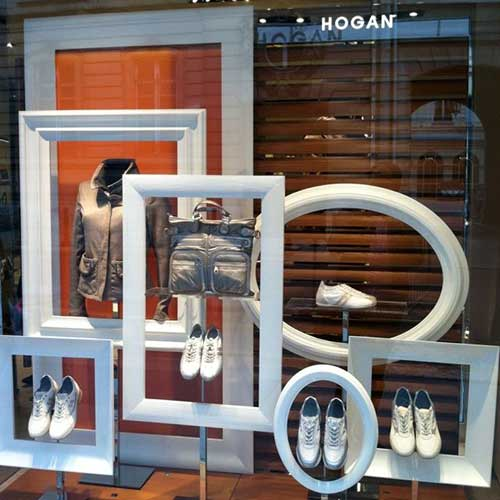 molduras em formas diferentes para decorar vitrine de loja