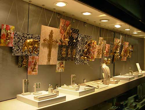 vitrine de loja de joais com luz amarela