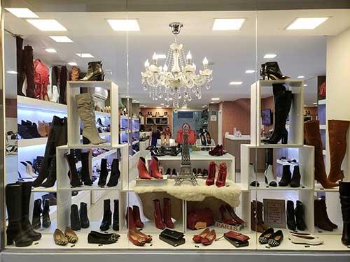 vitrine de loja de calçados com nicho