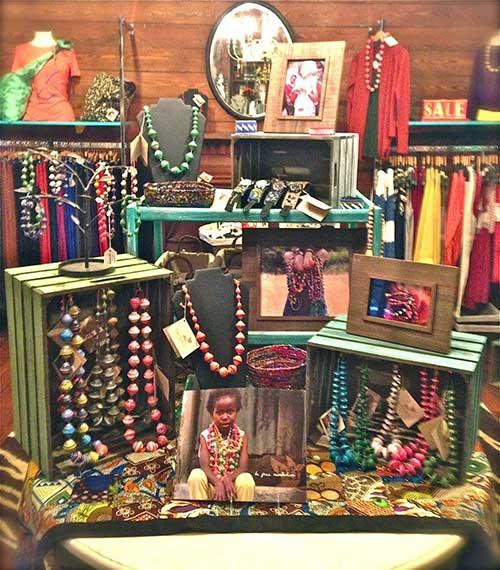 vitrine de loja de bijus com pallets