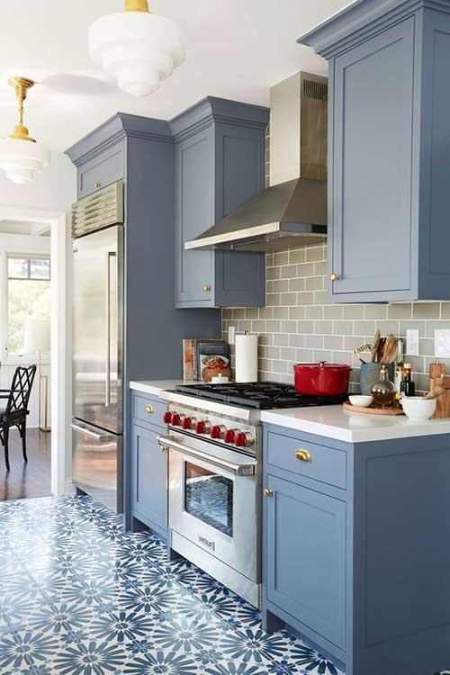 cozinha azul acinzentada com piso vinilico