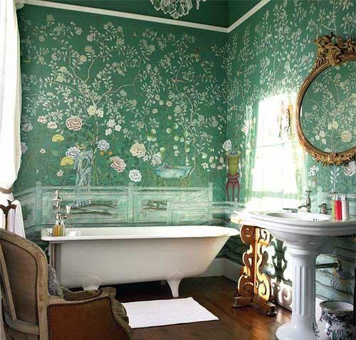 banheiro antigo renovado com papel de parede verde floral