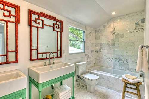 foto de banheiro branco com decoracao verde e vermelha