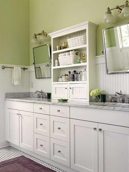 imagem de banheiro simples decorado com parede verde
