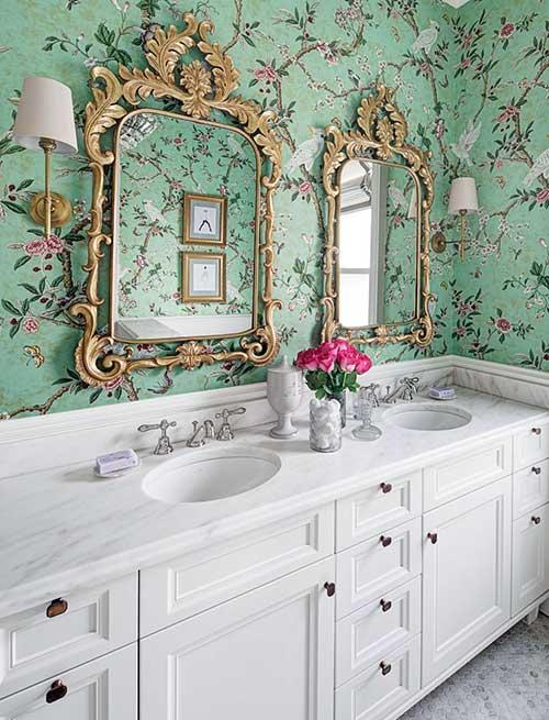 foto de banheiro com espelho vitoriano dourado