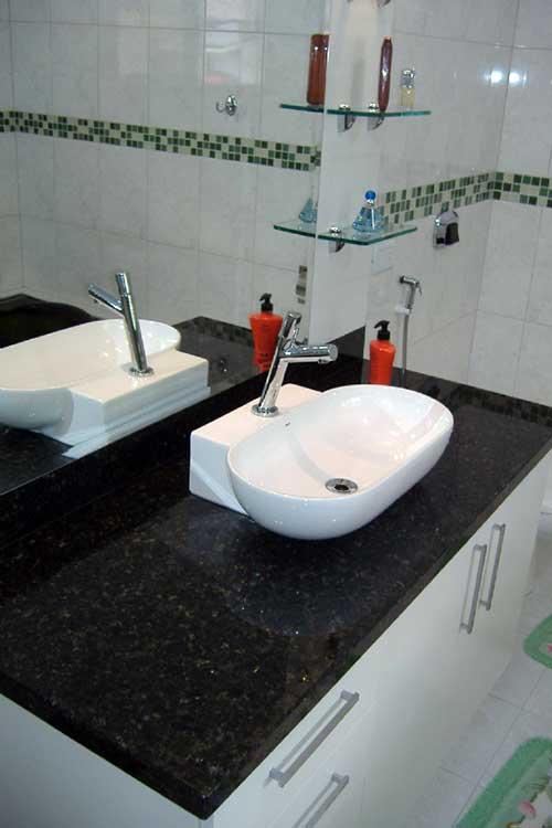 foto de banheiro com pia de granito verde ubatuba