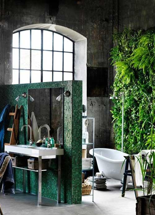 banheiro industrial com decoracao inacabada e complemento com plantas