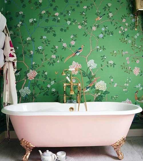 foto de banheiro com papel de parede floral verde