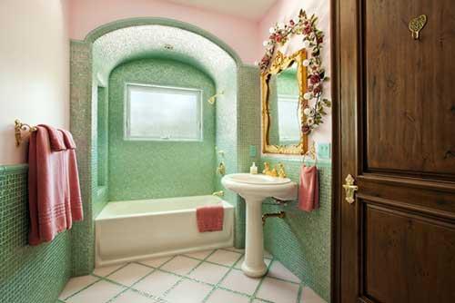 foto de banheiro verde e e rosa com espelho dourado