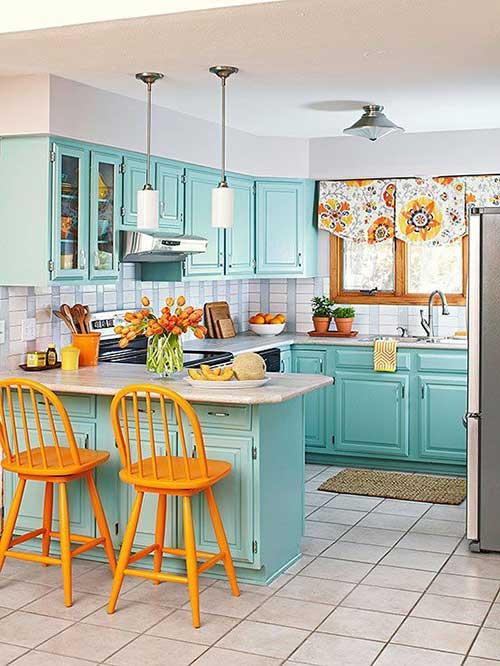 foto de cozinha azul turquesa com cadeira amarela e cortina florida