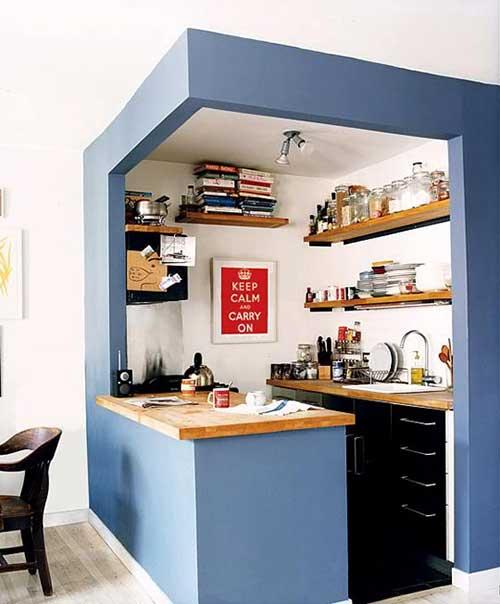 cozinha americana pequena com paredes azuis