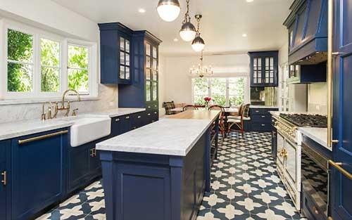 foto de cozinha azul e branca de atriz famosa
