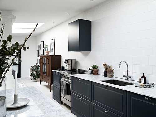 imagem do pinterest de cozinha azul petroleo com bancadas em pedra nobre