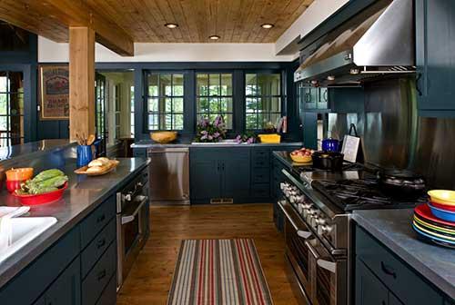 cozinha azul petroleo com chao e teto de madeira