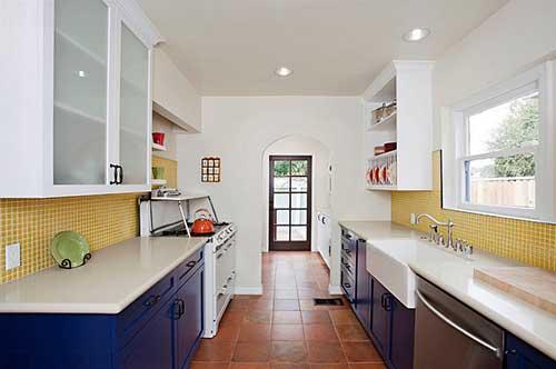 foto de cozinha com pastilhas amarelas e armarios azuis