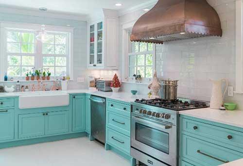 foto de cozinha branca e azul turquesa com revestimento de azulejo