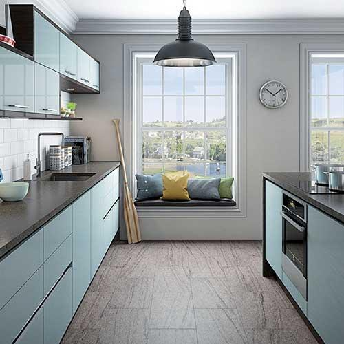 cozinha com ilha decorada com banca acinzentada e armarios azul claros