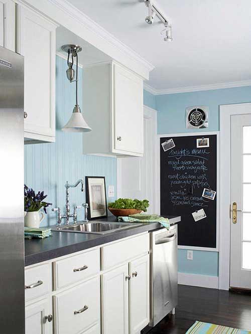 foto de cozinha com armario branco, parede azul clara e balcao cinza