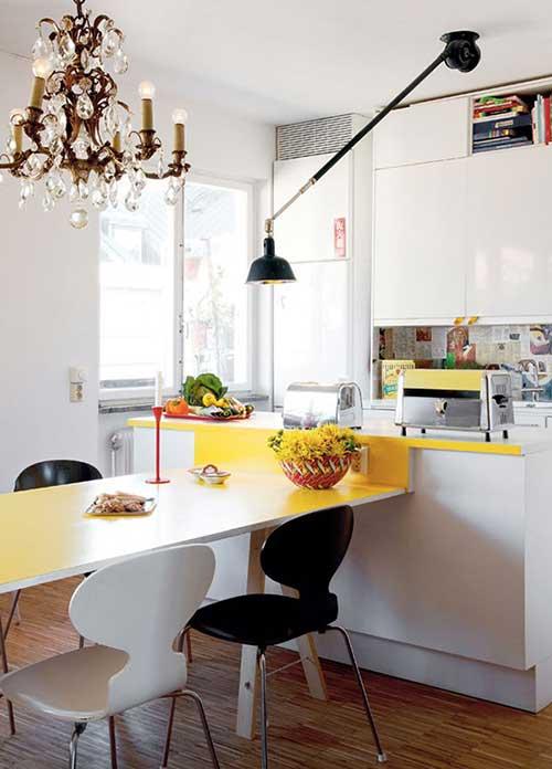 imagem de sala de jantar com cozinha acopladas e luminaria legal