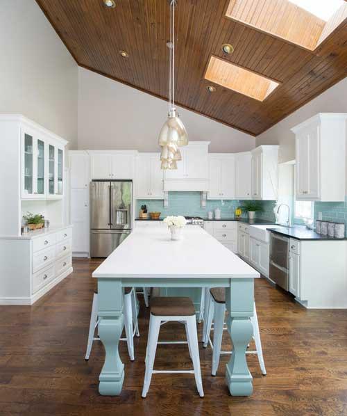 foto de cozinha azul clara com com piso em madeira e teto escuro