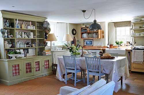 foto de cozinha vintage verde e roxa junto da sala de jantar