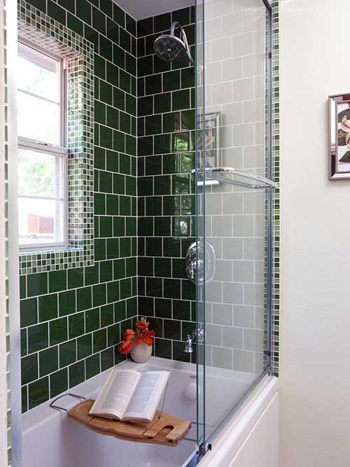 foto de banheiro com azulejo verde escuro na area do box