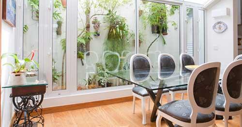 foto de sala de jantar pequena com jardim de inverno fora
