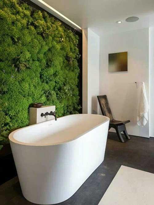 imagem de banheiro com piso marrom e jardim verde