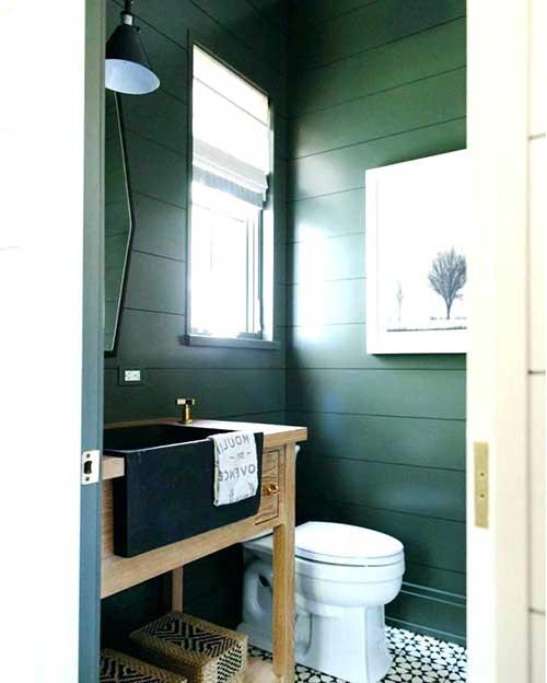 imagem de lavabo pequeno com parede verde
