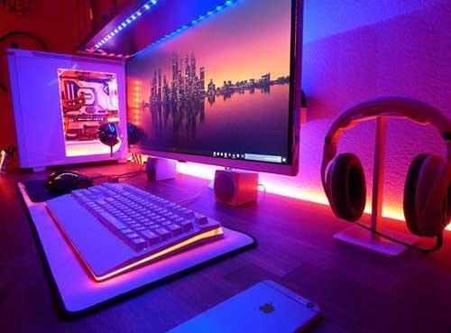 foto de mesa de pc com luzes rgb