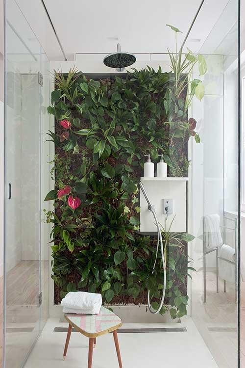 foto de banheiro com parede de plantas dentro do box