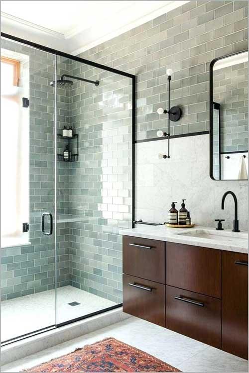 foto de banheiro com pastilha de vidro verde e revestimento em marmore