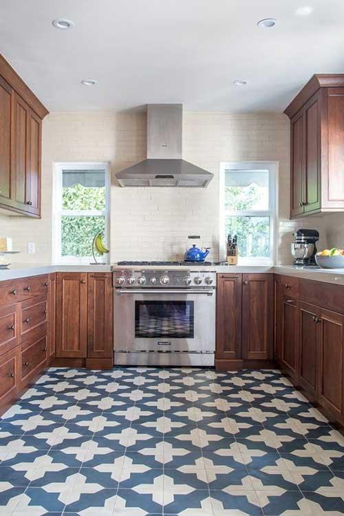imagem de cozinha branca e azul com estampa legal