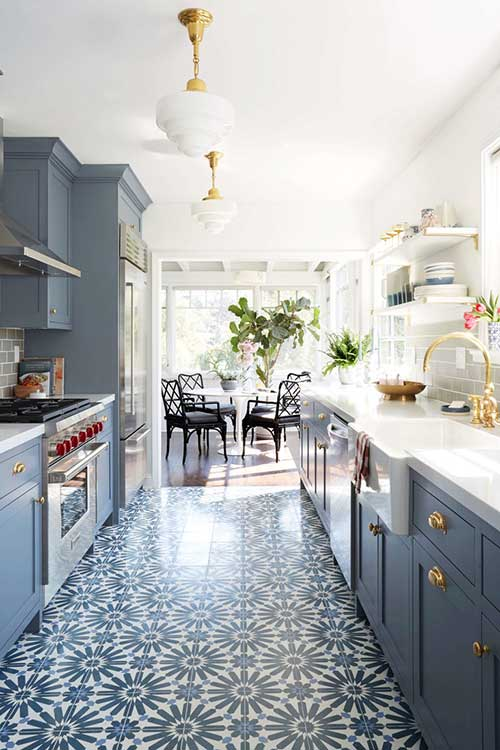 imagem de cozinha azul com piso vinilico bonito