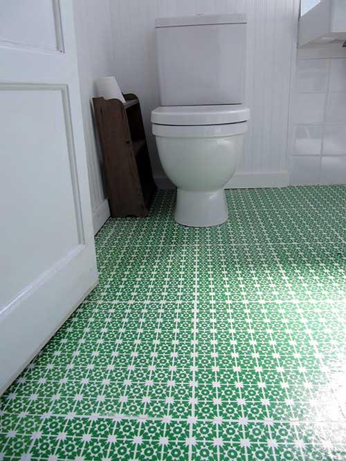 imagem de banheiro com piso vinilico verde e branco