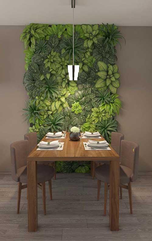 foto de sala de jantar com mesa de madeira e jardim suspenso