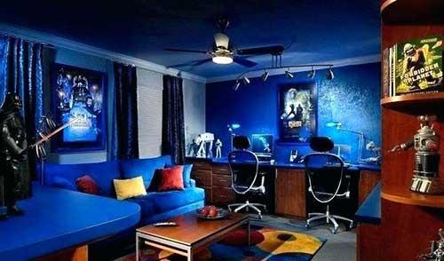 imagem de quarto azul com almofadas vermelhas e amarelas