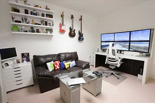 imagem de quarto gamer branco com sofa