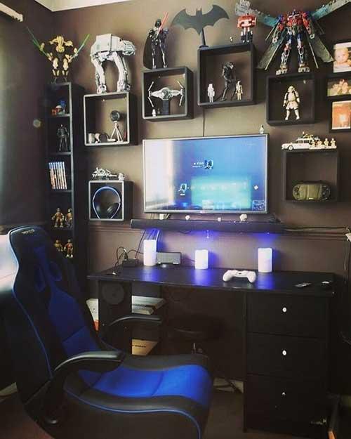 foto de quarto gamer com nichos e figuras de açao