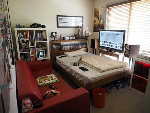 quarto gamer pequeno com cama e sofá