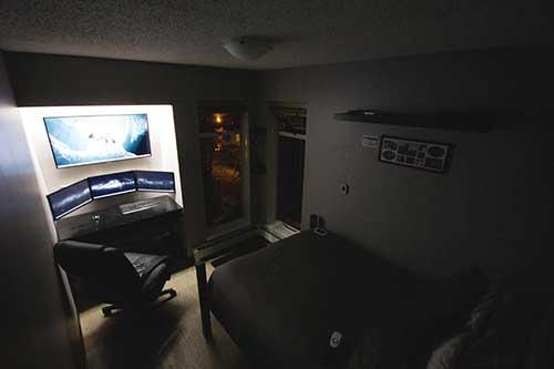 foto de quarto gamer preto bonito