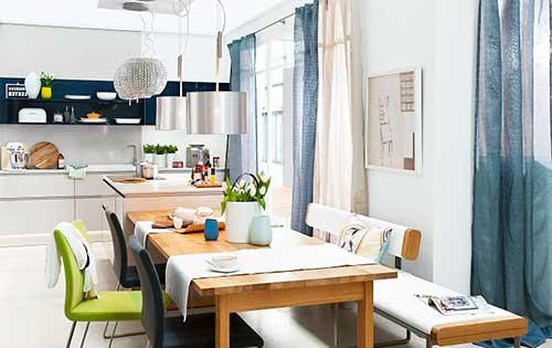 foto de sala de jantar decorada com mesa de madeira