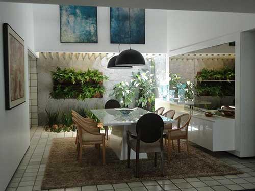 sala de jantar com tapete e jardim de inverno dentro