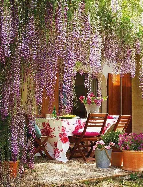 sala de jantar externa com jardim de inverno florido