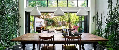 foto de sala de jantar com jardim de inverno de dois lados