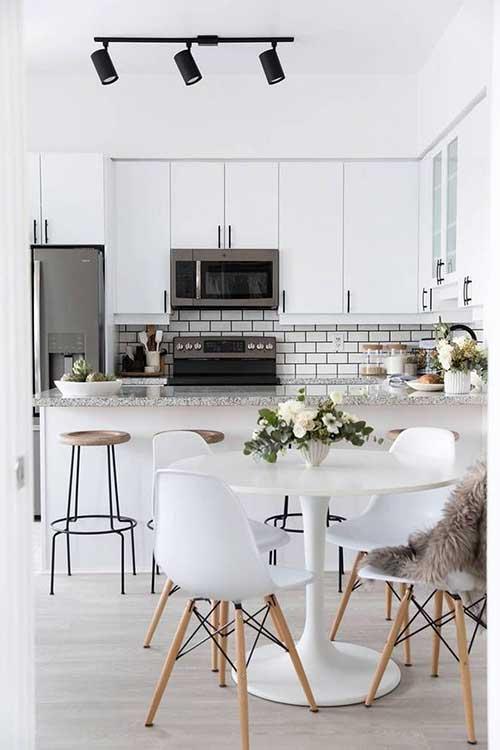 imagem de sala de jantar de apartamento pequeno junto da cozinha