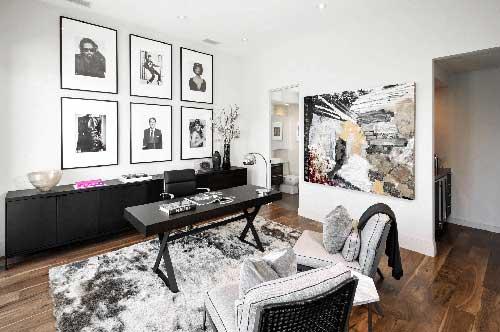 foto de escritorio corporativo preto e branco com quadros