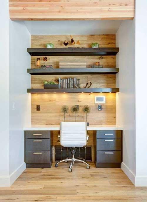 foto de escritorio home office planejado com madeira