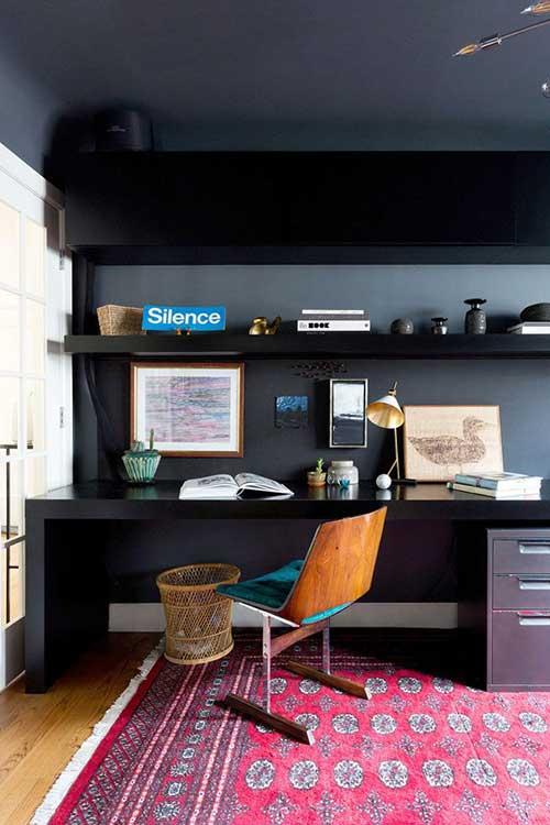 escritorio em casa todo preto decorado com tapete top